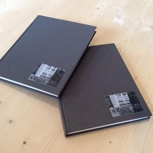 JULIA CHOI   88 pages / impression numérique / papier multigrade natural 150g / 15 x 19 cm / reliure bradel dos droit toilé / 3 exemplaires   il s'agit d'explorer les existences qu'assument les objets dans la ville. il s'agit d'accepter leur présence, leur autonomie, leur volonté de s'inscrire dans l'espace et d'exposer leur intimité, face aux nôtres. que font-ils quand on ne les regarde pas ? quelles vies intérieures grouillent dans ces architectures ?