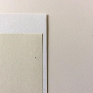 LEA GIRARDOT/ Sans titre  30 pages / impression numérique / papier munken lynx 90g / 34 x 24,5 cm / reliure dos carré collé / 3 exemplaires   Il s'agit d'un rassemblement de documents provenant de Bruxelles. La forme se rapproche de celles d'un catalogue, dans lequel tous les documents sont traités et agencés en fonction de leur aspect visuel, de sorte à mettre en évidence les caractéristiques qui m'ont motivée dans la sélection de ces documents. On obtient un objet à la croisée du catalogue et de l'objet mémoriel, suite à un passage dans une ville jusqu'ici inconnue.
