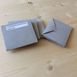 MONA GRANJON   24 pages / impression numérique / papier couché brillant color copy 135g et 170g / 10 x 8 cm / reliure dos carré cousu / 5 exemplaires   Dans le cadre du workshop livre, réalisation liant sms imprimés sur papier autocollant et photos argentiques