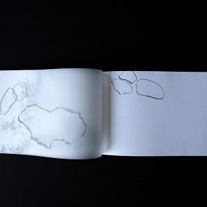 THAIS AYACHE /  Chute - Vétusté, d'après L'Ordre de Jean-Daniel Pollet     26 pages / Impression numérique couleur / papier munken print white 300 gr/m2, Munken Print white 90 gr/m2 et papier calque 90 gr/m2 19 x 12 cm / reliure cousue / 3 exemplaires     J'ai réalisé cette édition à partir du film L'Ordre de Jean-Daniel Pollet. Il retrace l'exclusion de victimes de la lèpre dans une léproserie sur l'île de Spinalonga. Lors de la projection de ce film, j'ai été interpellée par de nombreux plans cinématographique représentant des murs en crépis, des murs abimés ayant la peinture qui se décolle et se fissure. J'ai compris ces images comme un rapprochement avec la maladie de la lèpre, un élément ou un corps qui se détériore avec le temps, qui est malade, qui s'altère. J'ai donc pris en photo des
