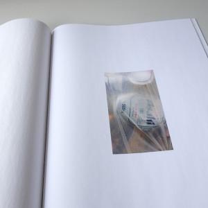 Naomi CHRISTOPHE /  GAIJIN    41 x 30 cm / reliure singer à plat / plats rapportés / impression numérique / papier munken white print 80g / papier coral book 70g / 28 pages / 3 exemplaires   Ce livre vient d'un désir d'expérimenter avec les papiers et les formats de l'objet et des photographies, prises à l'appareil numérique ou avec mon téléphone, lors d'un récent voyage au Japon. Alors que je me rends compte que certaines de mes photos sont sous-exposées, laissant flotter un air d'orage sur les villes avec de grandes étendues sombres, mes photos prises au téléphone deviennent presque documentaires, et se mélangent avec le papier de soie pour tenter de recréer mes souvenirs et leur fragilité.