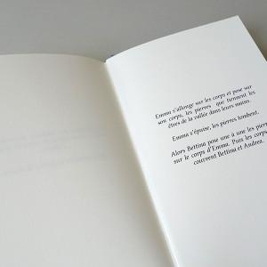 Cassandre ALBERT /  CAIRN   11 x 17,5 cm / bradel dos arrondi plein toile / titre marqué à chaud au film doré / impression numérique / papier rivoli 120g / 132 pages / 3 exemplaires   Pièce de théâtre, dessins et collages.