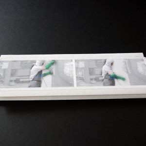 Eloïse RENAUD /  Osaka - Partition modulable    33 x 10 cm / reliure double face sur tissu / impression numérique laser / papier munken lynx 90g / 16 pages / 3 exemplaires   Les images de mon édition proviennent de la vidéo surveillance d'une industrie Japonaise de la ville d'Osaka. Le geste appliqué à la tâche laborieuse, est le sujet de ce livre. Le regard du lecteur est concentré sur ce personnage isolé de son fond. Les images du réel sont ici une matière fictionnelle infinie.  [...] Mon objet livre est finalement un objet d'archive qui, activé par la lecture, redonne vie au corps tracé et au mouvement partitionné.