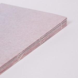 Macro-food / Géraldine Sprich. Ce livre personnel au format A5 en papier japonais «Tosa Shi», relié avec du fils polyester, contient huit photos aux format A3 pliées en quatre. Le choix de ce papier d'apparence fragile au toucher velouté permet de jouer avec la transparence et lui apporte un côté intimiste. La reliure est visible, simple, sans ajout de colle et de couverture pour un rendu délicat. Il s'agit au départ, d'un projet personnel de macrophotographie imprimé en grand format. Ici l'affiche n'est plus accrochée au mur visible aux yeux de tous. La possibilité de déplier chaque page apporte un aspect ludique et un effet de surprise pour un visiteur curieux.