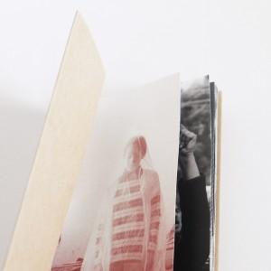 Sous le pavé les jasmins / Inès Hosni. Dans le climat actuel, une éloge du monde arabo-musulman où je décide de confronter d'une part images fortes du Printemps arabe, d'autre part oeuvres phares d'artistes issus de pays ayant contribué à cette Révolution. Le parallèle est mis en évidence par un jeu de trames et de couleurs : les photos issues de la Révolution se voient tramées en point, noir et blanc, tandis que celles issues d'artistes sont tramées en lignes, et la couleur choisie est un rouge brique rappelant les couleurs des villes marocaines. Pour ce qui est du livre, il devient un support léger (afin de laisser parler les images) et précieux (afin d'accompagner le propos délicat), dont les pages de format différents confrontent les images entre elles.