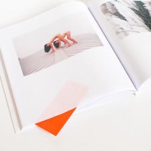 Nage en eau douce / Anouk Marilleau. Je propose de faire fonctionner des photographies de Ren HANG avec des images de végétaux et de fruits. Les associations en diptyques ne sont pas faites au hasard : on peut en effet tisser des ressemblances formelles, colorées ou de l'ordre de l'imaginaire entre les photos de nus érotisés et les formes organiques. Ainsi, l'intérieur d'un pamplemousse peut prendre une dimension sexuelle dès lors qu'il est associée à un pubis féminin. La confrontation des végétaux et des nus invite par ailleurs à pénétrer un imaginaire et une ambiance particulière, qui oscille entre la poésie des formes naturelles et la beauté charnelle des corps en mouvement. Le choix du papier, très fin, ainsi que la mise en page et la reliure, sobres et douces, participent à cet effet de volupté. En parcourant le livre, on remarque rapidement qu'une silhouette colorée se faufile dans la mince interstice des pages (engendrée par la reliure à la française). Le lecteur doit alors ouvrir délicatement cette fente pour aller y chercher, du bout des doigts, un petit papier de couleur, sur lequel se trouve un texte sur les méduses ; texte relativement anodin, qui, associé aux images précédentes prend une tournure ambiguë. On a alors la plaisante sensation d'avoir entre les mains une surprise ou un secret, que l'on s'empresse de reposer bien à sa place, pour le prochain.
