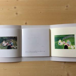 ONDINES DUCHE/  Partages   56 pages papier color copy 135g, Ingres 100g, 135g, 160g, Mi teintes aurore, azur, lilas 165g / 18 x 22 cm / reliure portefeuille 3 points / 5 exemplaires    Ce livre est un espace de dialogue entre les souvenirs de mes parents et les miens, autour d'un lieu commun, des photographies de famille. C'est aussi une réflexion sur les divergences que cela fait apparaître. Les peintures, lacunaires, aplaties, presque abstraites répondent à ce sentiment d'incomplet que me provoque parfois les images. Je ne suis pas née mais je reconnais, J'étais là mais je ne me souviens pas. Ces moments, à qui appartiennent ils ? ni totalement à eux, ni vraiment à moi, on les partage.