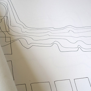 Jessica MULINDAHABI /  PAR COUR    A3 horizontal / reliure double face / impression numérique / papier coral book 70g / papier simili japon / papier arcoprint edizioni 100g / 46 pages / 3 exemplaires   Ce livre regroupe des dessins issus d'un travail sur le parcours autour d'un environnement imaginé mentalement. Le livre est constitué de dessins simples puis de dessins à l'encre de chine, et une intervention à la linogravure qui renvoie au parcours traversé dans ce même environnement. Le livre joue avec des superpositions et des transparences grâce aux différents papiers utilisés.