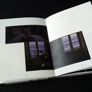 Zahra ALLOUCHE /  Joao Cesar Monteiro     17,7 x 13,5 cm / bradel dos droit plein toile / couverture encollée de tissu imprimé en jet d'encre / impression laser numérique / papier rivoli white 120g / 43 pages / 3 exemplaires   Cette édition retrace la vie et l'œuvre du cinéaste portugais Joao César Monteiro mais il en fait aussi sa critique, tant dans le fond que dans la forme. Des textes et des captures d'écran de ses films les plus reconnus s'assemblent et s'associent par affinités, esthétisme et couleurs pour rythmer ce livre.